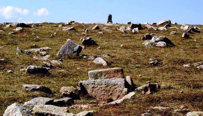 O topraklar asırlık mezarlarla kaplı!