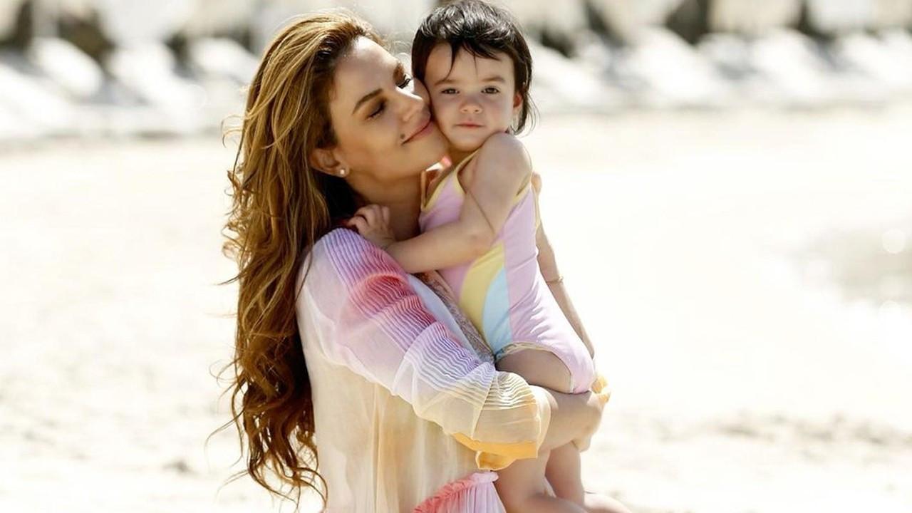 Tülin Şahin sevimli kızını denizle tanıştırdı