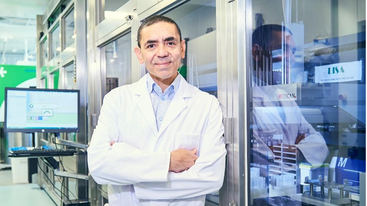 Uğur Şahin'den Kovid-19 aşı müjdesi Prof. Dr. Uğur Şahin, uzun süre dayanabilen yeni koronavirüs aşısı üzerinde çalışmaya başladıklarını...