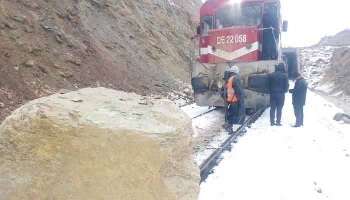 Yamaçtan kopan kayalar Van Gölü Eskpresi'ne çarptı