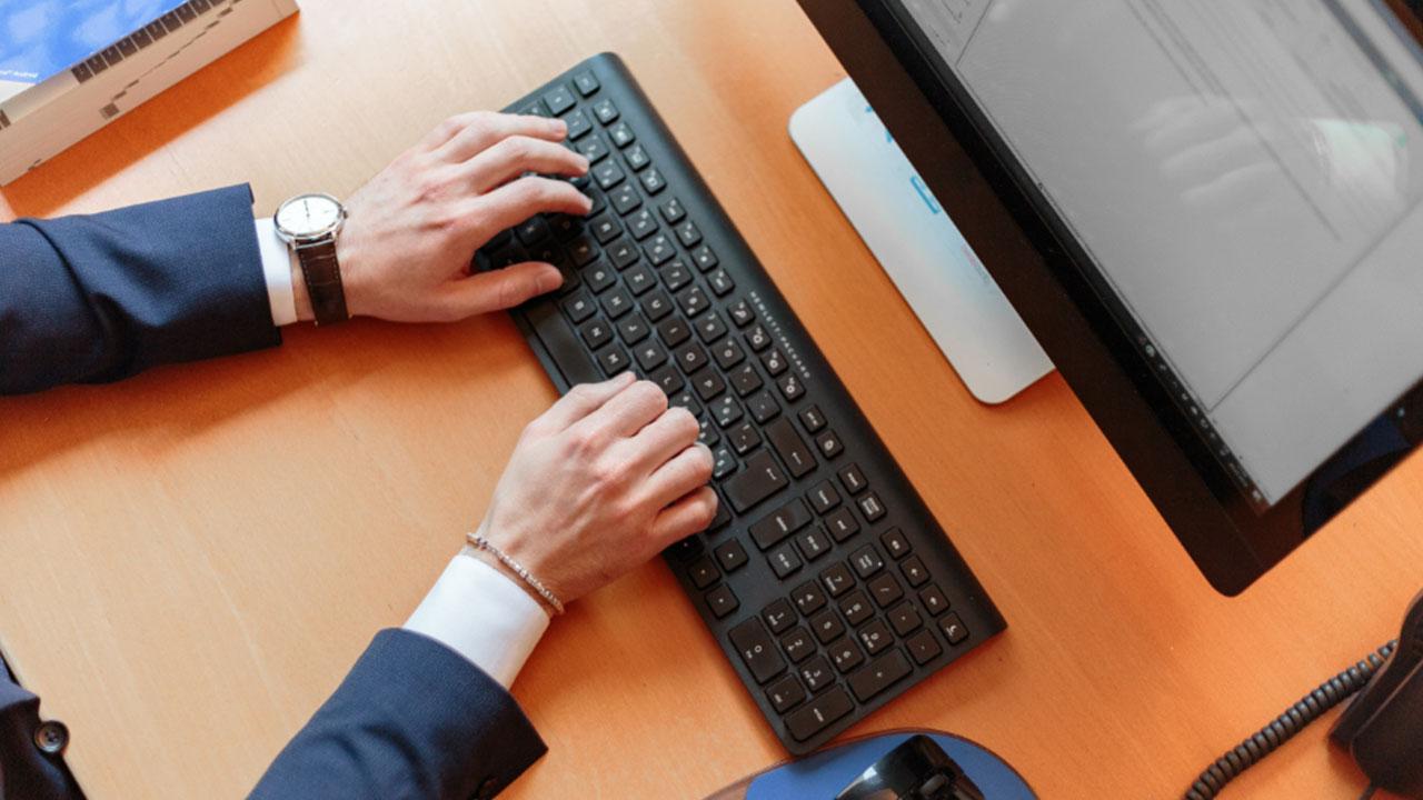 Yargıtay'dan kritik içtihat: İş yerinde sosyal medya... Yargıtay iş yerinde online bahis ve sosyal medya sitelerine girmesi nedeniyle işten çıkartılan çalışanın...