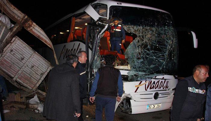 Yolcu otobüsü TIR'a arkadan çarptı: 2 'si ağır 20 yaralı