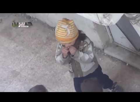 Ekmeğini arkadaşları ile paylaşan Suriyeli küçük kız